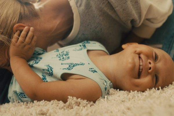 Sponsored Video: Babys Bäuchlein blubbert: Weshalb, wie genau – und was Sie dazu wissen sollten