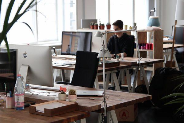 Optimale Schreibtischhöhe & Co: Gesundes Arbeiten durch ergonomisch gestaltete Arbeitsplätze